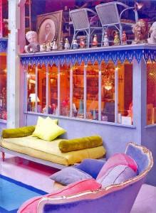 яркий интерьер диваны подушки