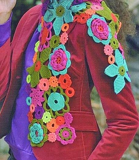 шарф из цветочков, связанных крючком.