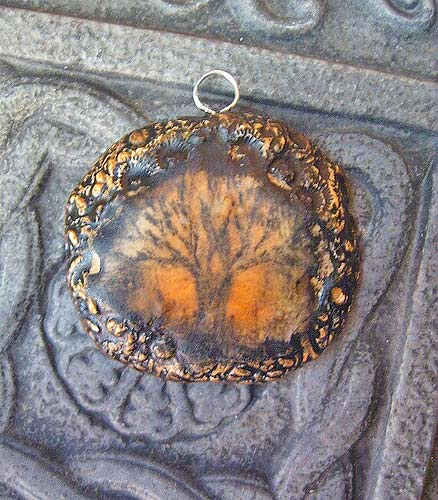 кулон оригинальный с деревом пластика