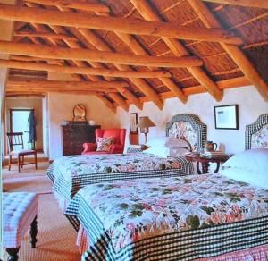интерьер спальни винтаж балки на потолке