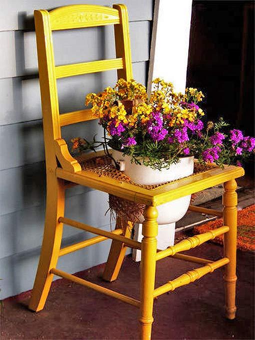 оригинальная подставка под цветы старый стул