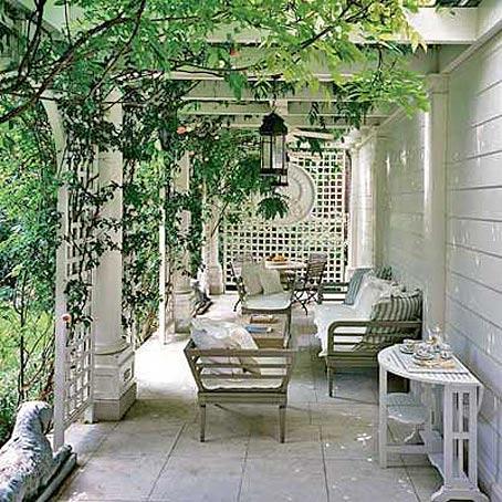 ЗаказчикЯ Может такая терраса Вам подойдет.  Много зелени, бревенчатый дом.  Валентинка.  Местный.