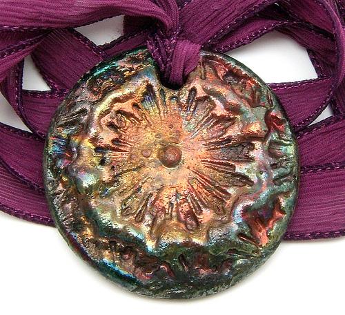 кулон из керамики перламутровый