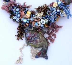 украшение из бисера и бусин с ракушками рыба. украшение из бисера и бусин.