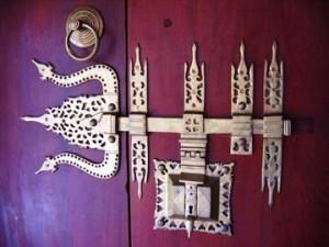 декоративный засов на двери индия