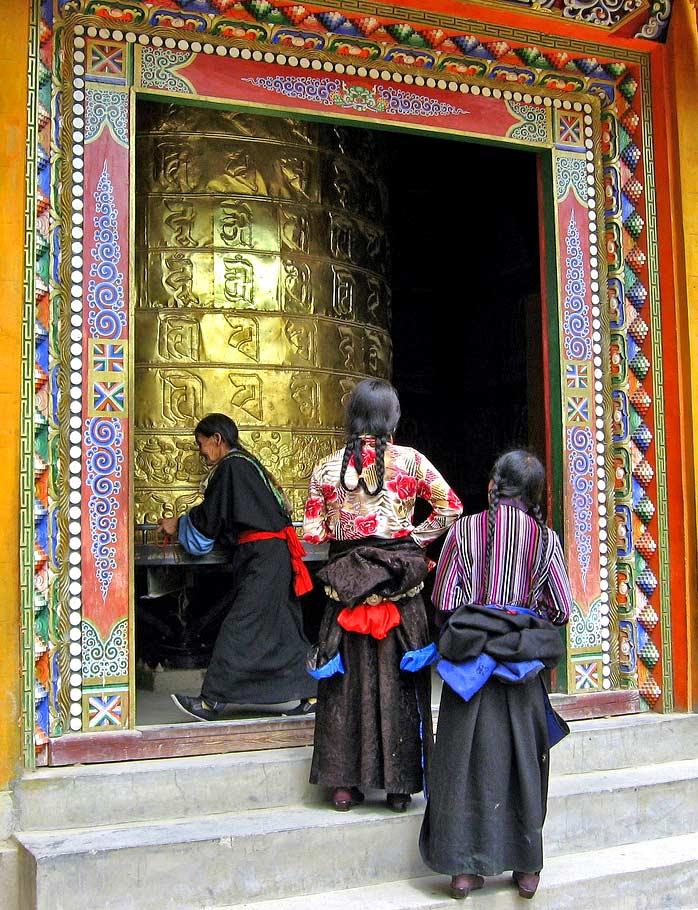 роспись входного портала Тибет
