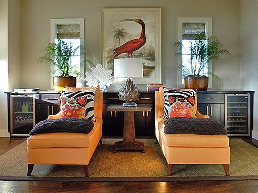 интерьер симметричный яркие подушки