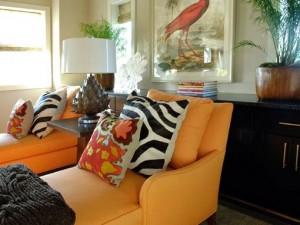 интерьер яркие цвета подушки