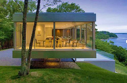 Стеклянный квадратный  дом