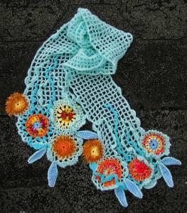 креативный шарф связанный крючком