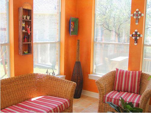 Яркие подушки и оранжевые стены