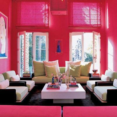 яркий декор гостиной в розовом цвете