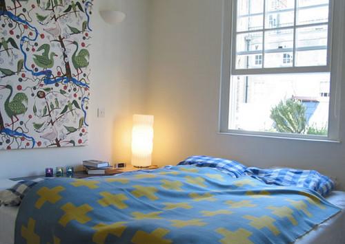 яркий декор спальни