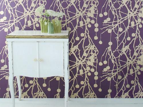 яркий декор дома - фиолетовая стена с узором