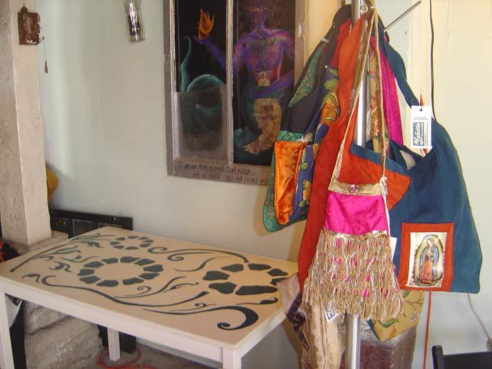 роспись стола растительными узорами