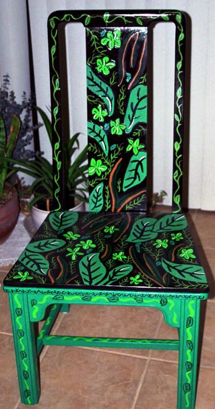Роспись стула растительными узорами