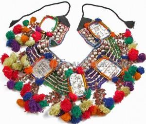 Пояса могут быть сделаны из различных элементов, таких как бахрома, шарфы, одежды шиша или расшитой ткани и могут...