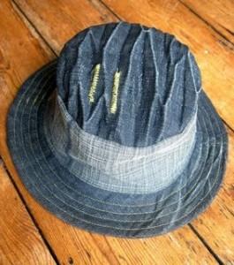 шляпа из старых джинсов