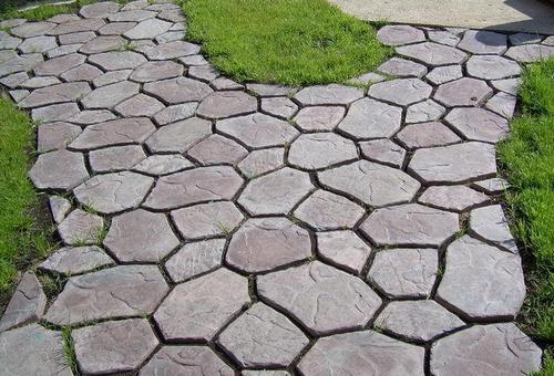 Мощение дорожки из бетона на даче