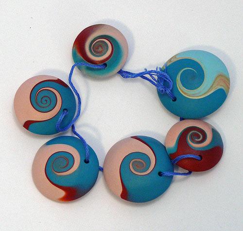 браслет дисками из пластики