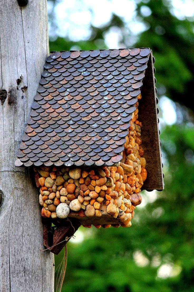 Домик для птиц декорированный мелкой галькой