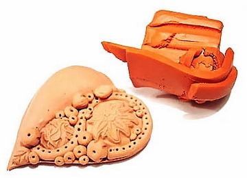 Оформление под кожу кулона из полимерной глины