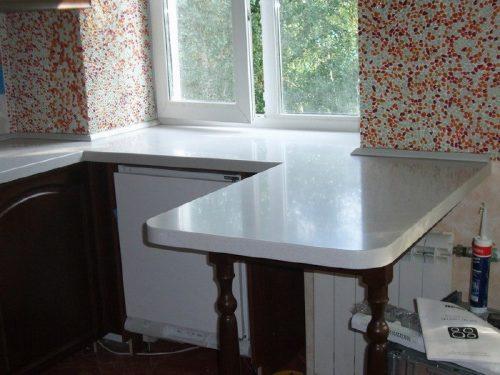 Планировка маленькой кухни - подоконник стол