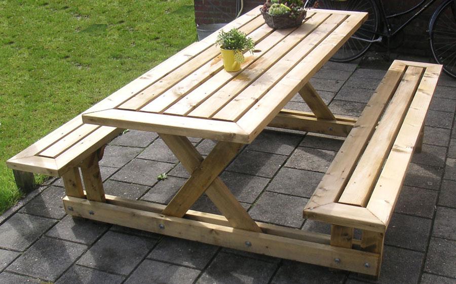 Деревянный стол и скамейки для
