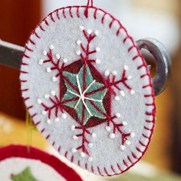 Новогодняя игрушка снежинка из фетра
