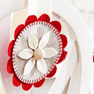 Новогодняя игрушка ромашка из фетра