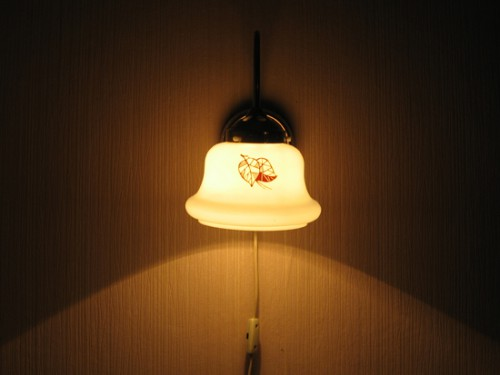 Яркий свет от светильника слепит вечером