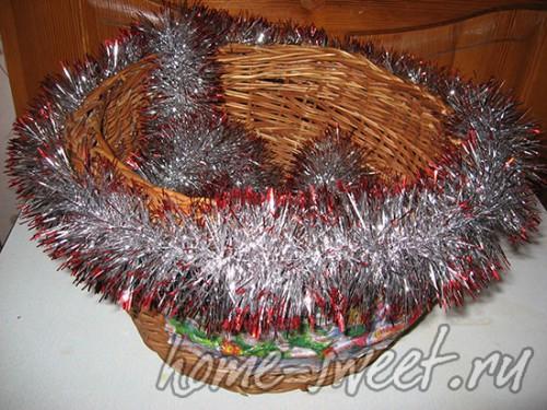 Декорированная мишурой подарочная корзина