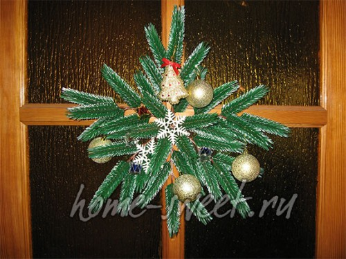 Почти готовое новогоднее украшение на дверь
