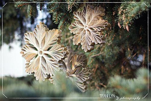 Объемные снежинки на елке