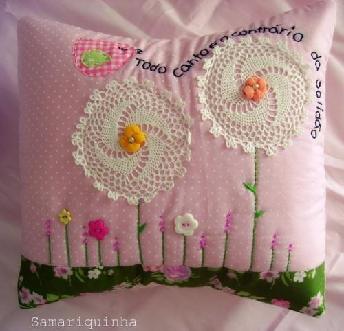 Подушка с салфетками в виде цветов
