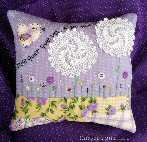 Сиреневая подушка с салфетками