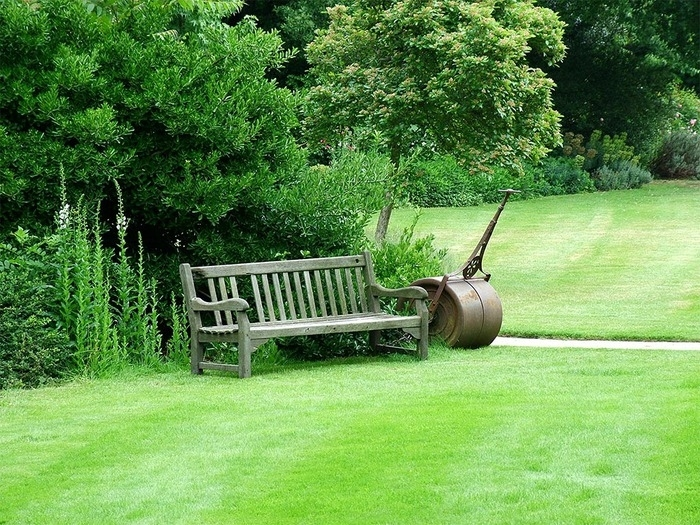 Деревянная скамейка на даче