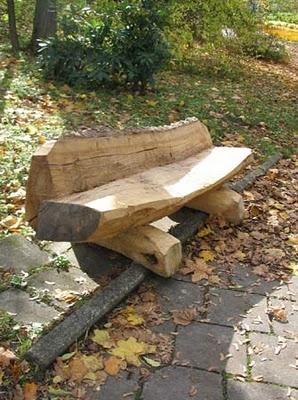 Скамейка из половинок бревен