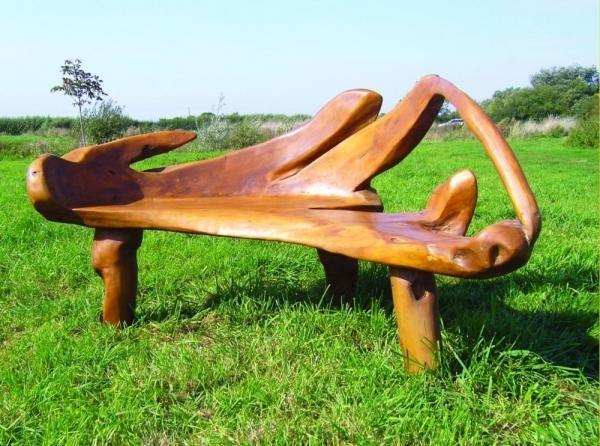 Скамейка из плотного дерева