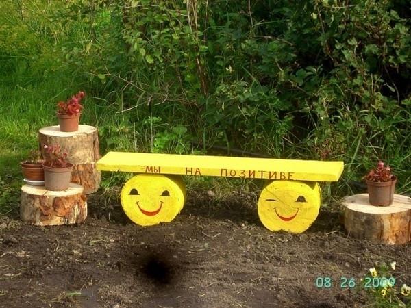 Веселая скамейка из доски и чурбаков