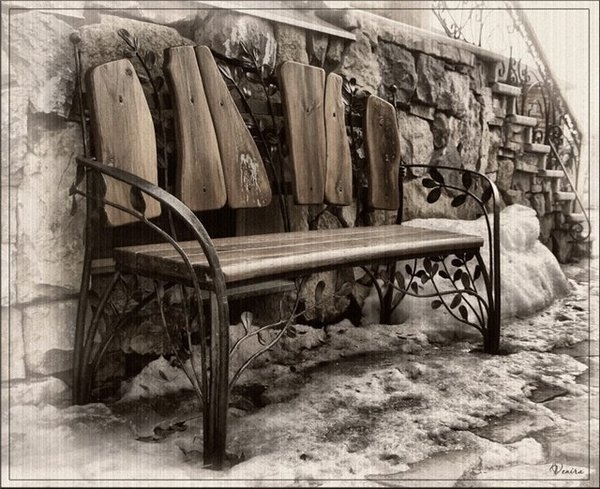 Кованая скамейка с деревянными элементами