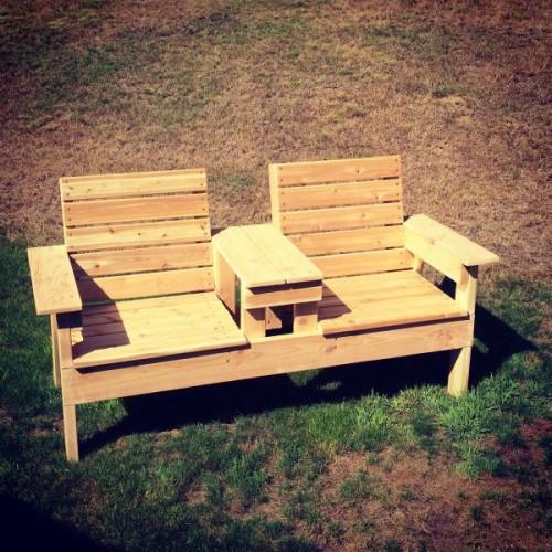 Совмещенные деревянные кресла с подлокотниками и столиком посередине