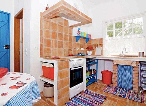 Интерьер кухни в маленьком коттедже
