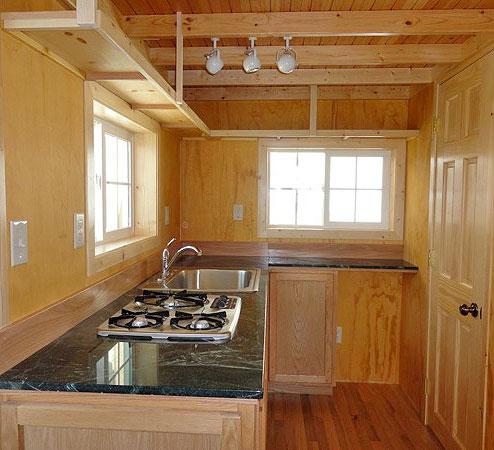 Интерьер кухни в маленьком дачном домике