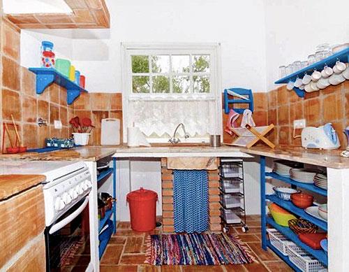 Интерьер кухни в небольшом частном доме