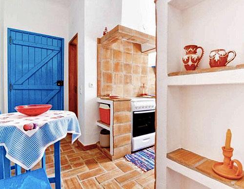 Вход на кухню в маленьком коттедже
