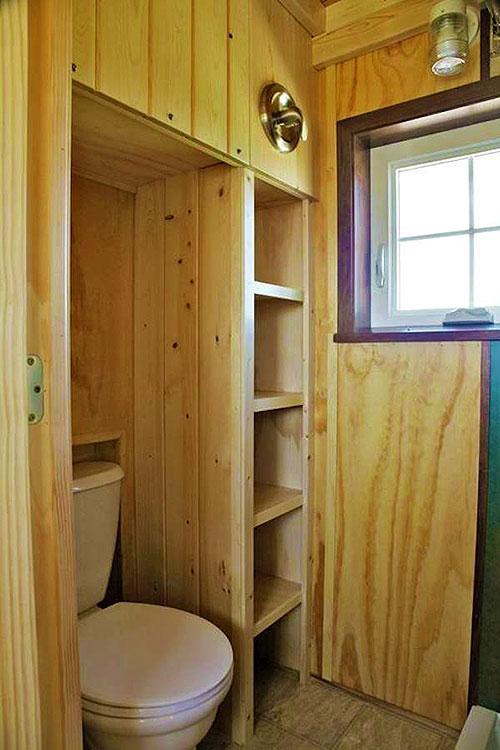 Интерьер небольшого туалета в частном доме