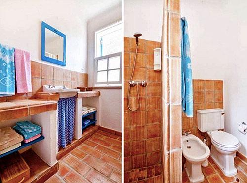 Интерьер туалета и ванной в доме в средиземноморском стиле