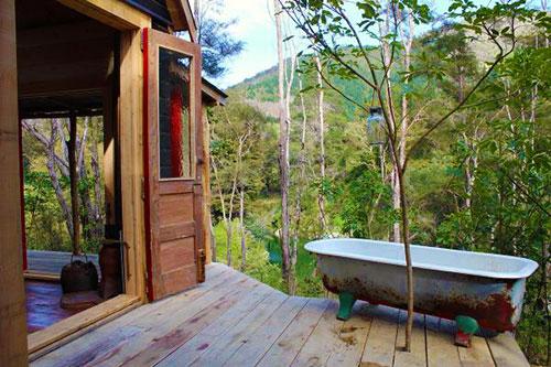 Деревянная терраса в маленьком дачном домике