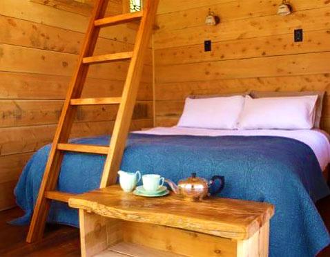 Двуспальная кровать в маленьком дачном домике
